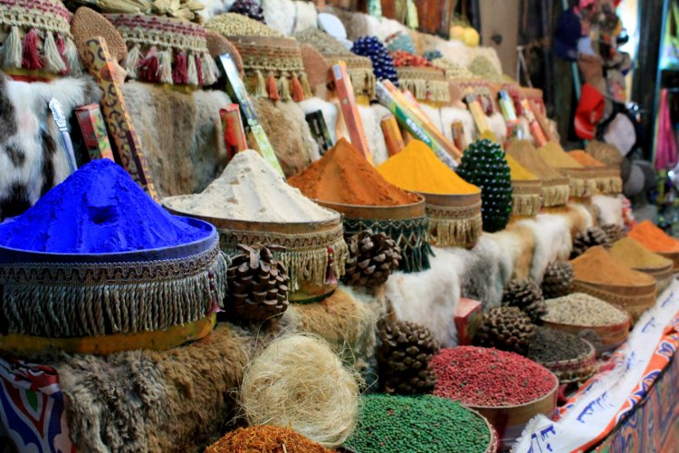 Shopping in the souk at <a href='../Egypt-Travel-Guide/Top-10-attractions-in-el-Qusier.php' > <span  class='abs_img' style='background-image: url(../images/Egypt_attraction_guide/attraction/Top-10-attractions-in-el-Qusier.jpg);' ></span> El Quseir </a>